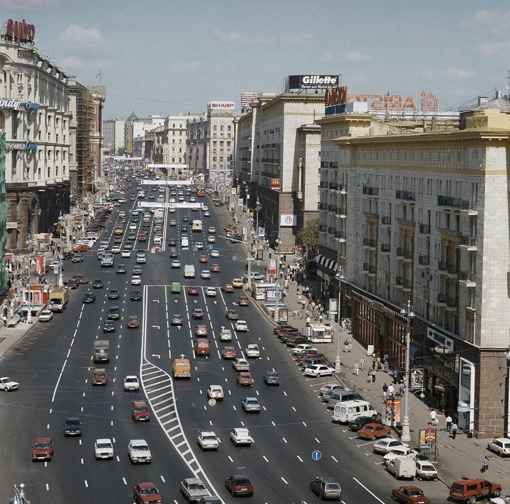 Тверская улица состороны гостиницы «Националь». Дом №6— справа. 1999 год