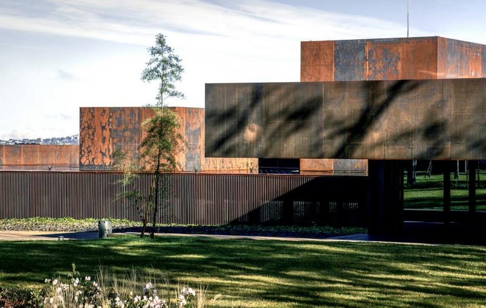 Сооружение представляет собой пять разновеликих объемов кубической формы, окрашенных вчерно-коричневые цвета. По словам архитекторов, такое оформление фасадов —отсылка кизвестной картинеСулажа «Коричневая краска»