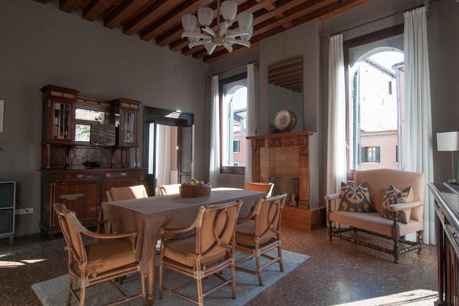 Отреставрированный имодернизированный бельэтаж впалаццо XV века постройки счетырехметровыми потолками иработающими каминами. Включает всебя три спальни идве ванных комнаты, столовую, гостиную, две террасы, частный садик ивыход кканалу. Площадь апартаментов составляет 250кв.м, садик занимает около118кв. м