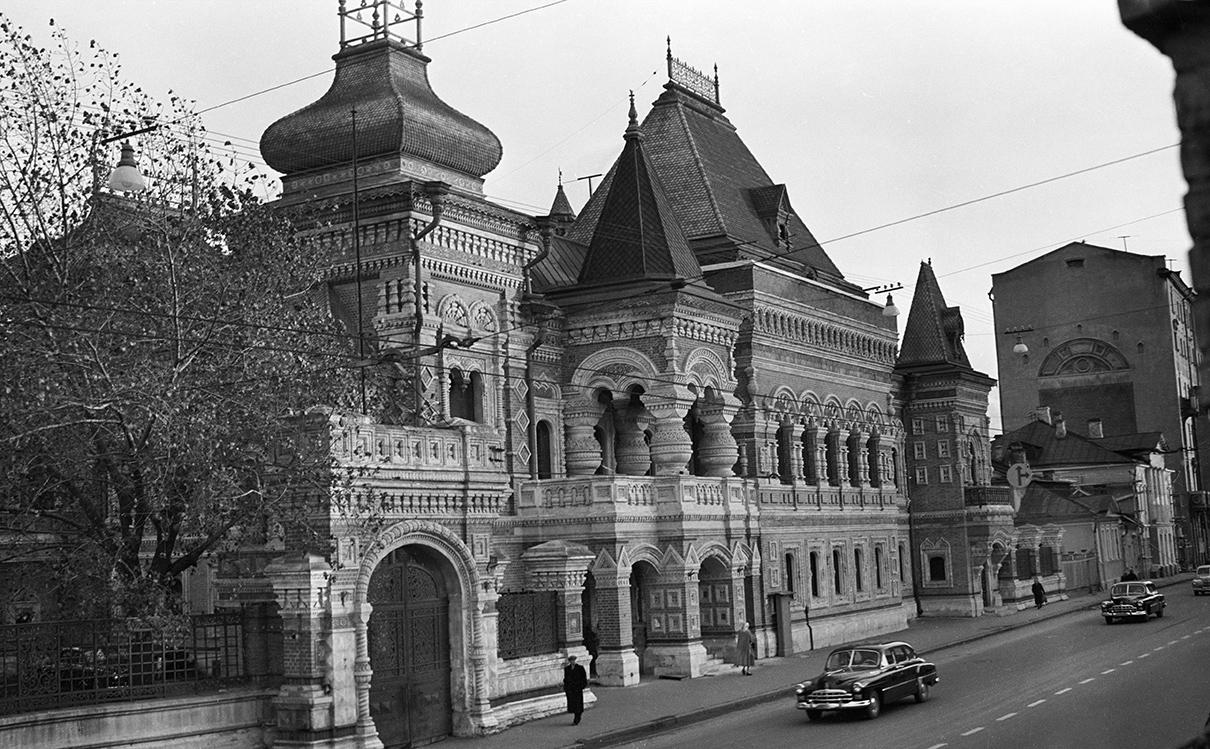 Здание французского посольства на улице Большая Якиманка в 1955 году