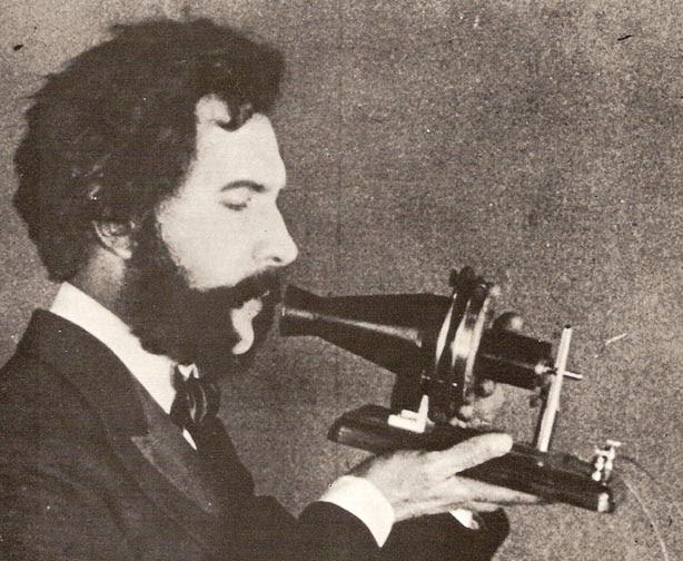 Актер в роли Белла с первым телефоном