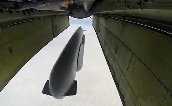 Стратегический бомбардировщик-ракетоносец Ту-95 Военно-космических сил России выпускает крылатую ракету Х-555 по объекту ИГ в Сирии