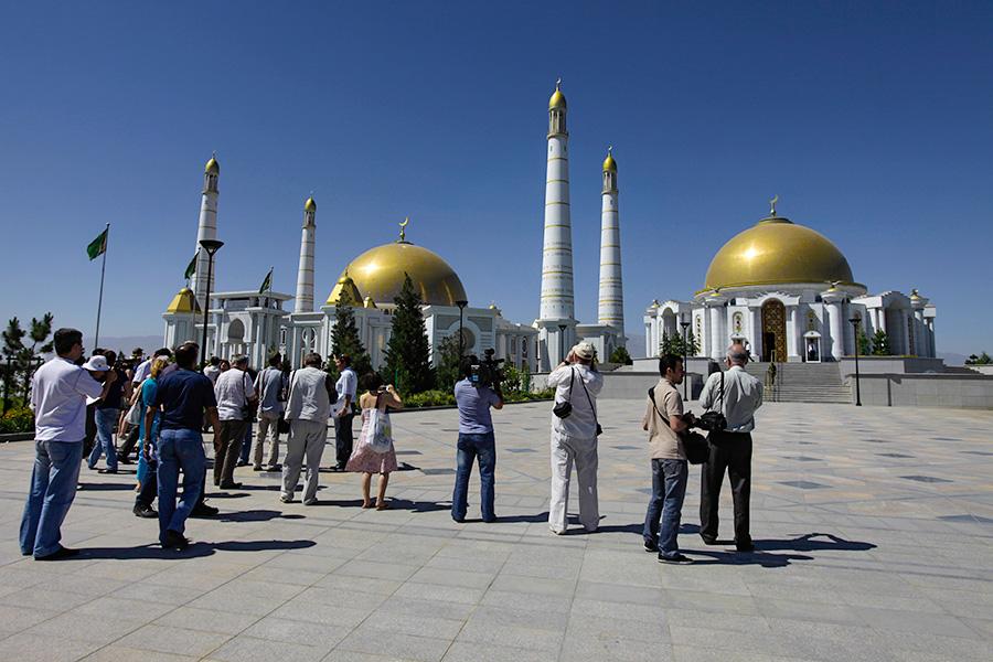 Посетители у мавзолеяСапармурата Ниязова и мечетиТуркменбаши Рухы. 2009 год
