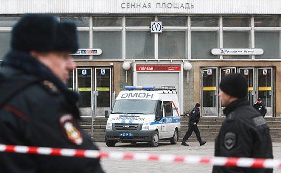 Сотрудники правоохранительных органов у станции метро «Сенная площадь»