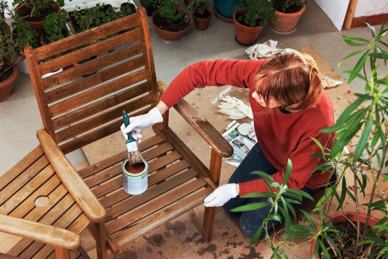Садовая мебель из дерева является одной из самых капризных с точки зрения использования и хранения. Поэтому такой мебели потребуется особый уход.