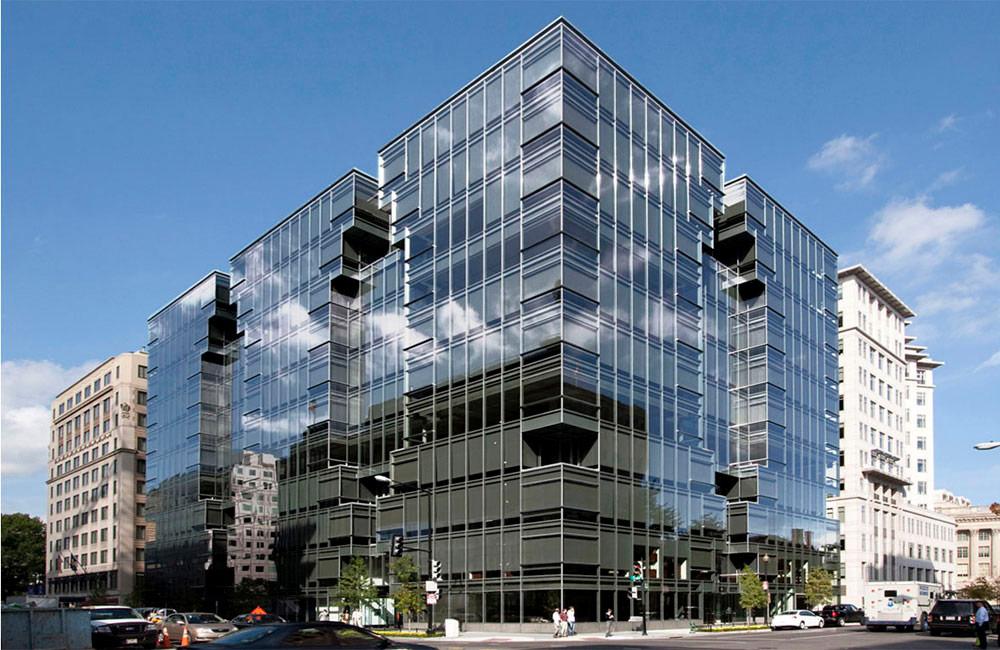 Башня Лафайет построена Kevin Roche John Dinkeloo and Associates в2009 году вцентре Вашингтона. Это офисное здание площадью почти30,5тыс.кв. м возведено поэкологичным технологиям испомощьюпереработки 92% мусора отсноса предыдущих строений наэтом участке, анакрыше находится палисадник, используемый такжедлясбора дождевой воды