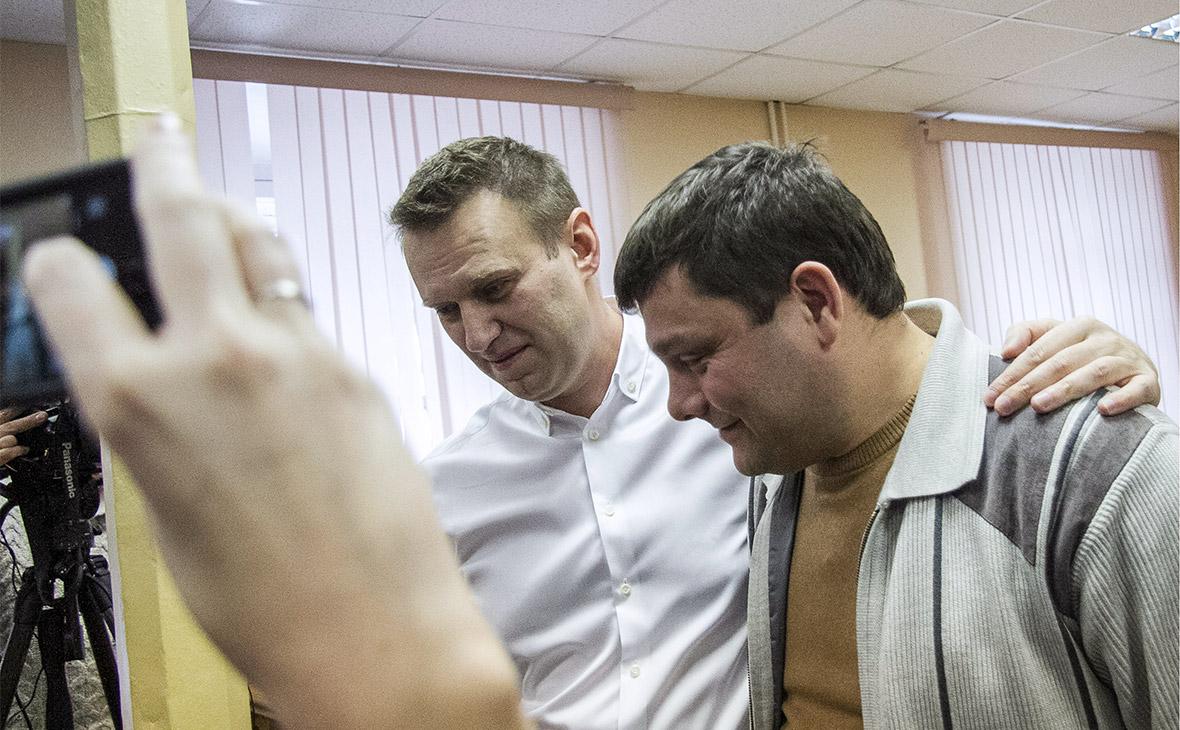 Алексей Навальный и Петр Офицеров (слева направо) во время оглашения приговора в Ленинском суде