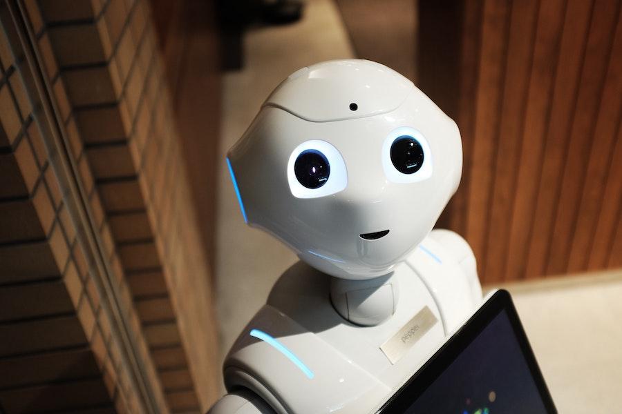 Известный во всем мире робот Pepper из Японии— пример робота, внешне похожего на человека