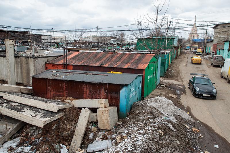 «Шанхай»— неофициальное название нескольких гаражных кооперативовнаюго-западе Москвы. Самый крупный из них— «Стрела»— насчитывает 5,5тыс. гаражей. Всегожев«Шанхае» их более 8 тыс. Они занимают площадь около50 га. В «Шанхае» расположены не только гаражи, но и дешевые автосервисы, кафе, репетиционные базы музыкантов и мотоклуб