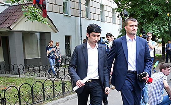 Сын вице-президента ЛУКОЙЛаРуслан Шамсуаров (слева напервом плане) садвокатом у здания Гагаринского суда,28 мая 2016 года
