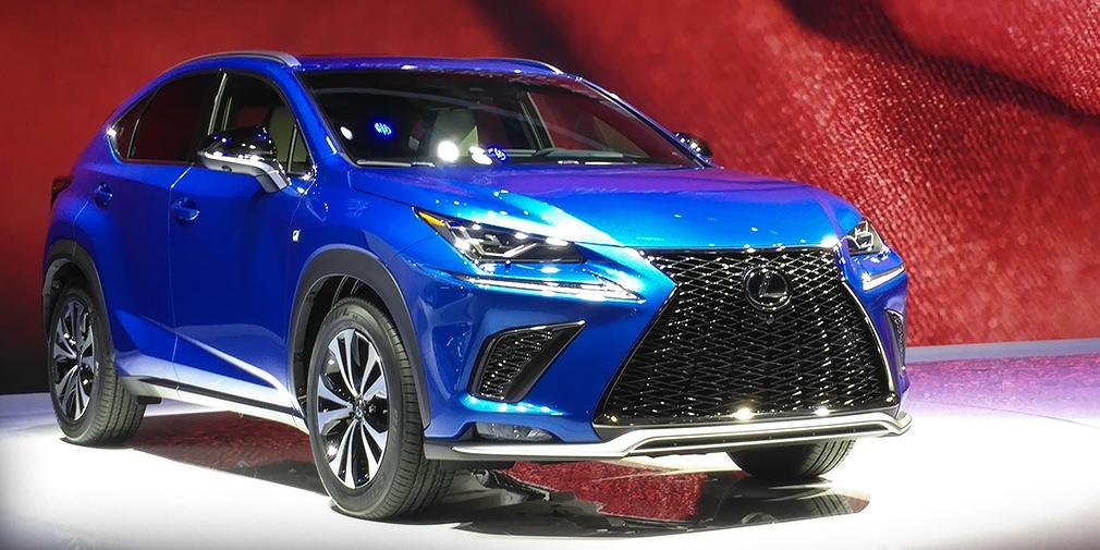 Lexus NX  Внешние изменения Lexus NX можно считать косметическими: обновленная модель отличается другой решеткой радиатора и новыми светодиодными фарами. Кроме того, кроссовер теперь оснащается спойлером, новыми 18-дюймовыми колесами и хромированными патрубками выхлопной системы. Гамма двигателей не изменилась, а вот шасси модернизировали, улучшив плавность хода и управляемость. Главное, что у кроссовера появились амортизаторы с адаптивной регулировкой жесткости, которые прежде ставились только на купе LC500.