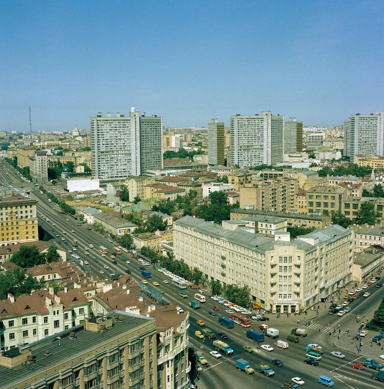 Вид на Садовое кольцо в районе Смоленской площади, на заднем плане — Калининский проспект (Новый Арбат). 1982 год