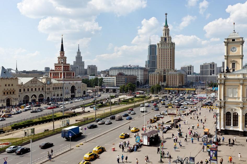 Вид на Комсомольскую площадь, Казанский вокзал (слева) и Ленинградский вокзал (справа)