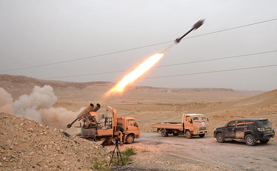 Бойцы сирийской армии обстреливают позиции боевиков врайоне Пальмиры. 2016 год