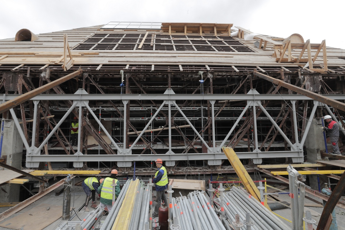 Рабочие во время демонтажа строительных лесов с северного фасада Политехнического музея