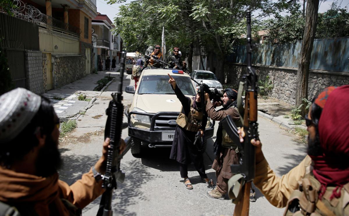 """Талибы сообщили о допросах собирающихся покинуть Афганистан иностранцев""""/>"""
