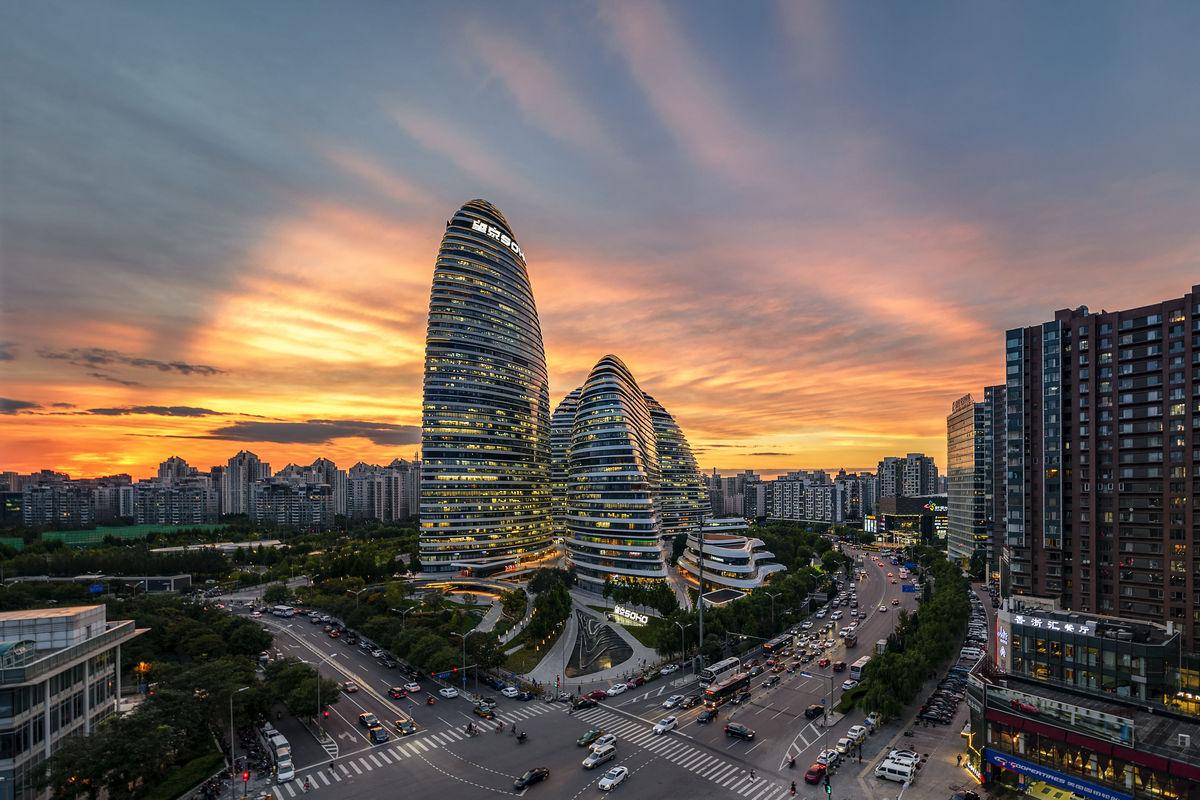 Многофункциональный торгово-офисный комплекс Sky SOHO в Шанхае представляет собой четыре башни обтекаемой формы, которые соединяют четыре озелененных моста