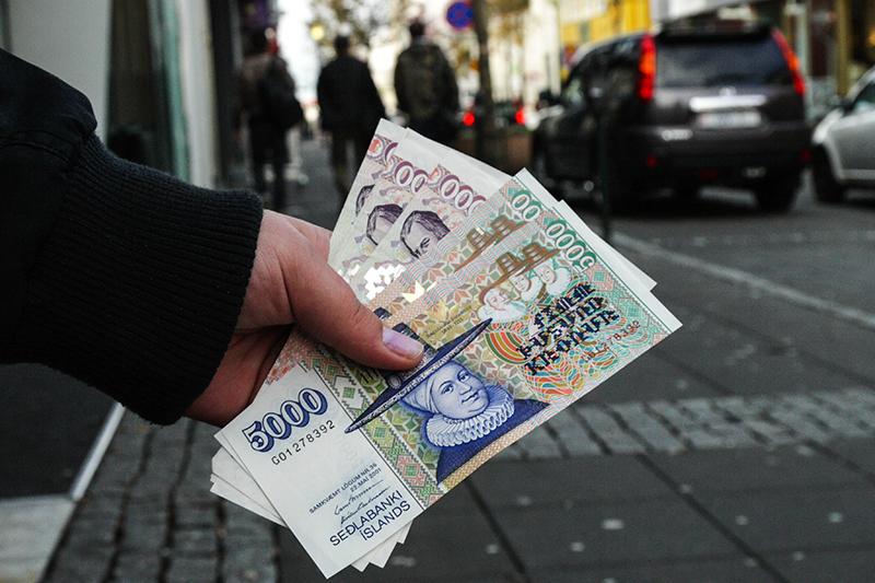 Исландия  Когда ввели: ноябрь 2008 года  При каких обстоятельствах: Вслед за падением трех крупнейших исландских банков в 2008 году местное правительство ввело жесткие ограничения на вывод капитала с целью стабилизировать курс исландской кроны. За неделю до банковского краха крона обвалилась на 25%. Ограничения распространялись как на резидентов, так и на нерезидентов. Курс национальной валюты удалось стабилизировать в короткие сроки.  Когда отменили: Меры остаются в силе, Центробанк Исландии планирует отменить их к концу 2015 года  Эффективность: Об успешности исландского режима контроля за капиталом пока рано судить, но большинство экономистов расценивают свежий опыт Исландии как успех. Меры позволили властям быстро стабилизировать национальную валюту и смягчить денежно-кредитную политику с целью стимулирования экономики, считает МВФ.