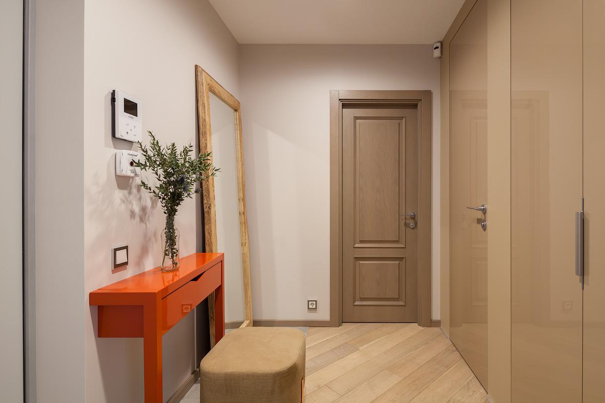 Прямо по коридору — дверь в спальню, справа — вход в детскую