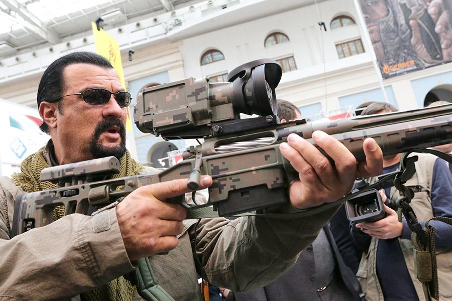 Актер Стивен Сигал на Московской Международной выставке «Оружие и Охота» в Гостином дворе.
