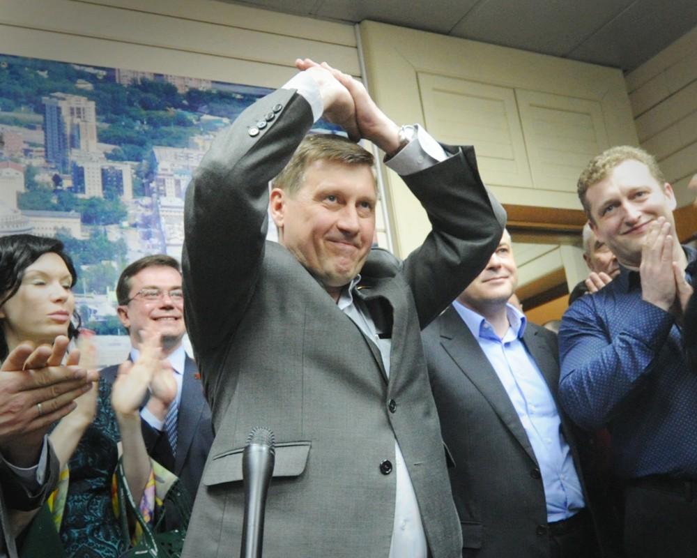 Новый мэр Новосибирска Анатолий Локоть (в центре)