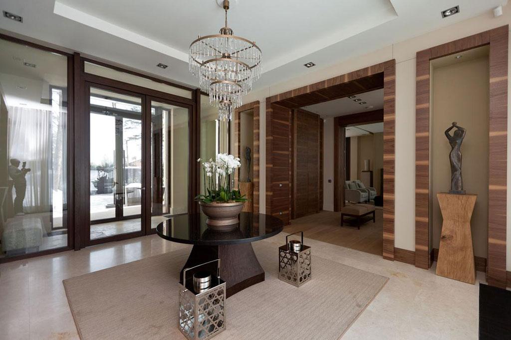 На трех уровнях дома расположены две квартиры дляперсонала сотдельным входом