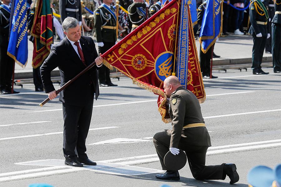 Петр Порошенко (слева) во время военного парада по случаю 26-й годовщины независимости Украины