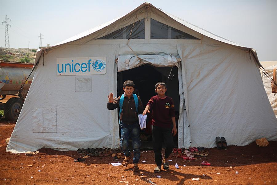 Временная школа в лагере для сирийских беженцев в Идлибе