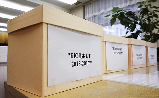 Коробки с документами проекта закона «О федеральном бюджете на 2015 год и на плановый период 2016 и 2017 годов»