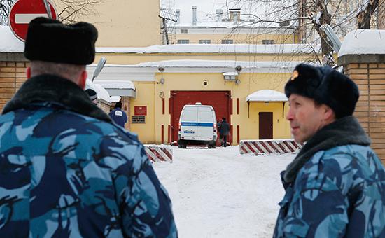 Сотрудники правоохранительных органов у СИЗО Лефортово
