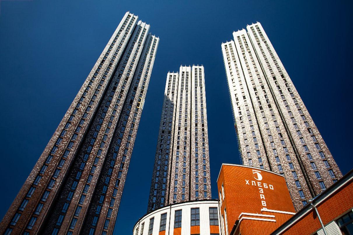 8-е место. «Пресня Сити»  Высота — 156м  Многофункциональный ЖК реализует девелопер MR Group рядом с «Москва-Сити» по адресу Ходынская ул., 2, на месте хлебозавода им. В. П. Зотова 1931–1932 года постройки. Высота жилых башен — 44 этажа