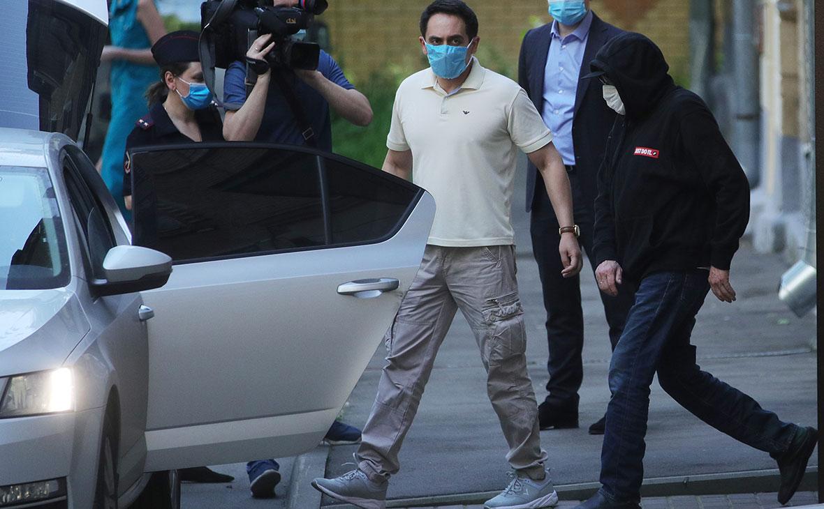 Михаил Ефремов (справа), вызванный на допрос по делу о ДТП в столичный УВД, выходит из подъезда своего дома в Москве