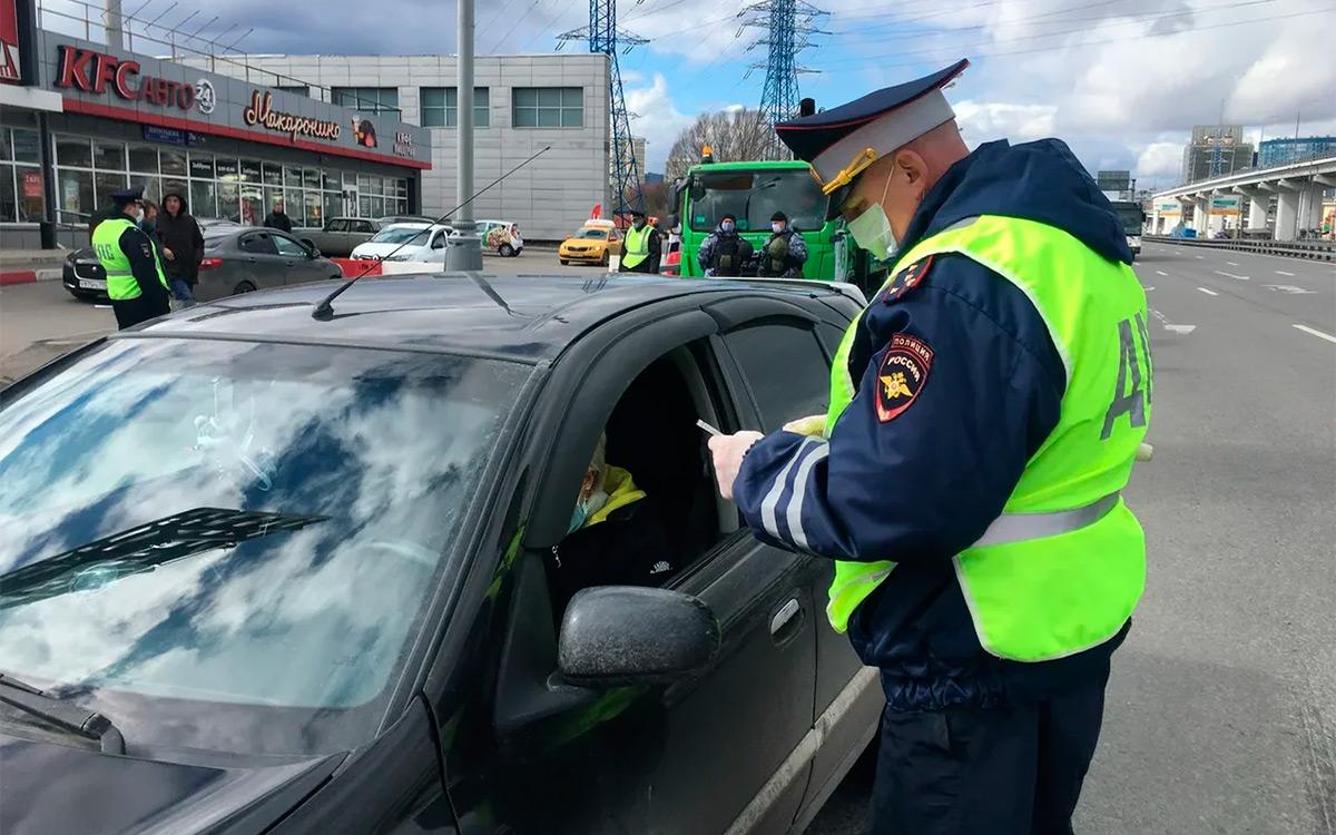 <p>Водителя с просроченными правами накажут штрафом в размере от 5 до 15 тыс. рублей, а автомобиль нарушителя будет эвакуирован на штрафстоянку.</p>