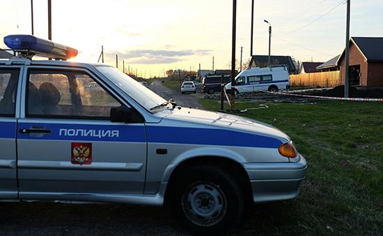 Сотрудники полиции наместе убийства полицейского иего семьи вселе Ивашевка, 24 апреля 2016 года