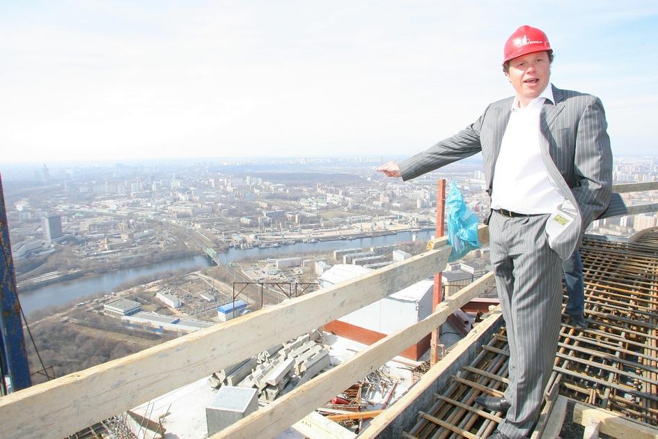 «Мне со временем повезло. Время было энергетически насыщенно. Когда мы начинали строить башню «Федерация», был рост экономики, энергия и драйв. Просто вспомните 2003-й, 2004-й, 2005-й, 2006-й. Во всех ресторанах обсуждалось: «А давайте это сделаем, то построим». Это был общий подъем энергетики. Я, кстати, еще тогда сказал, что такие здания нельзя построить в стране, где нет видения будущего хотябы на 10–15 лет вперед». («Сноб», 2013)  На фото: Сергей Полонский на строительной площадке делового центра «Москва-Сити»
