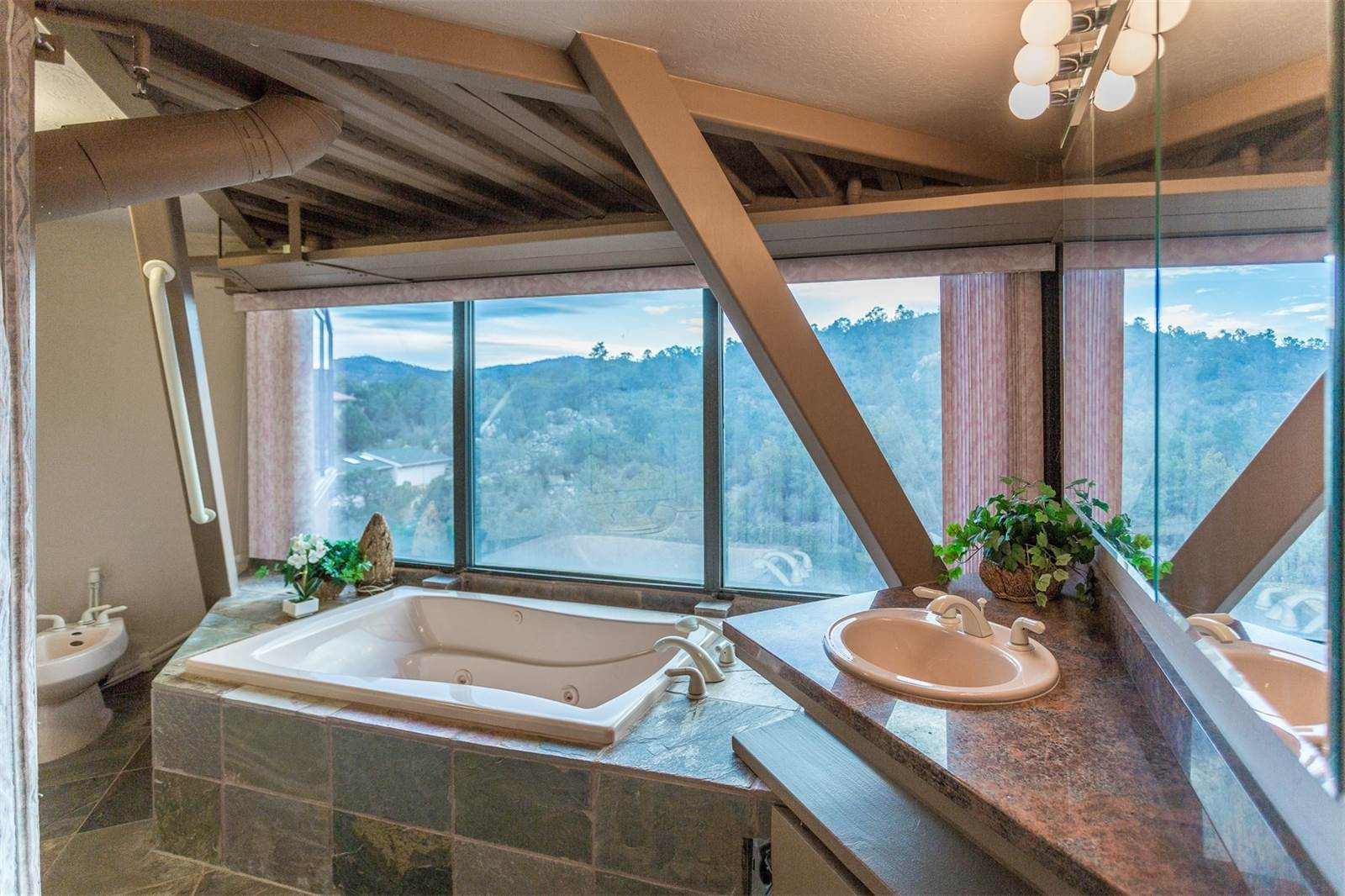 В ванных тожеустановлены широкие окна свидом нагоры