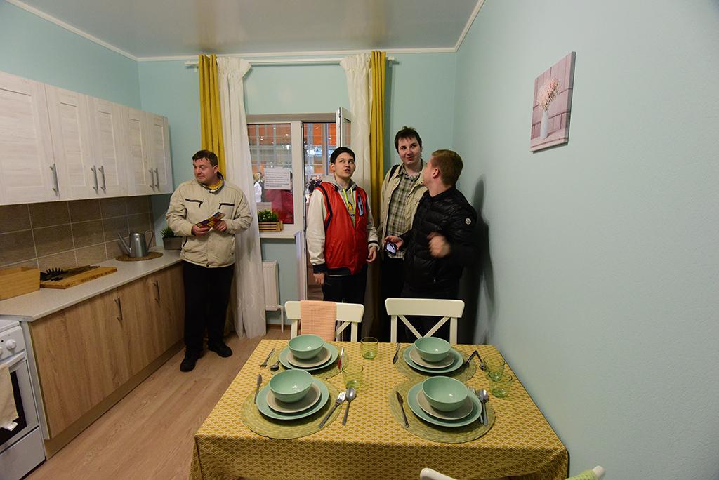 Кухня в 2017-м  Отказ от маленьких кухонь стал главным отличием квартир, построенных в последнее десятилетие. Оптимальным размером кухонь в новостройках считается площадь 12–16 кв. м. Главным трендом последних нескольких лет стало появление в новостройках квартир с европланировкой, где кухня и гостиная располагаются в одном помещении  На фото: шоу-рум программы реновации, июль 2017 года