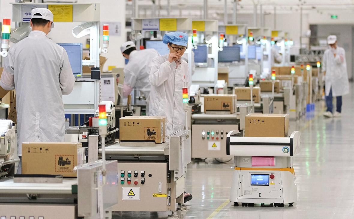 Производство мобильных телефонов на заводе компании Huawei