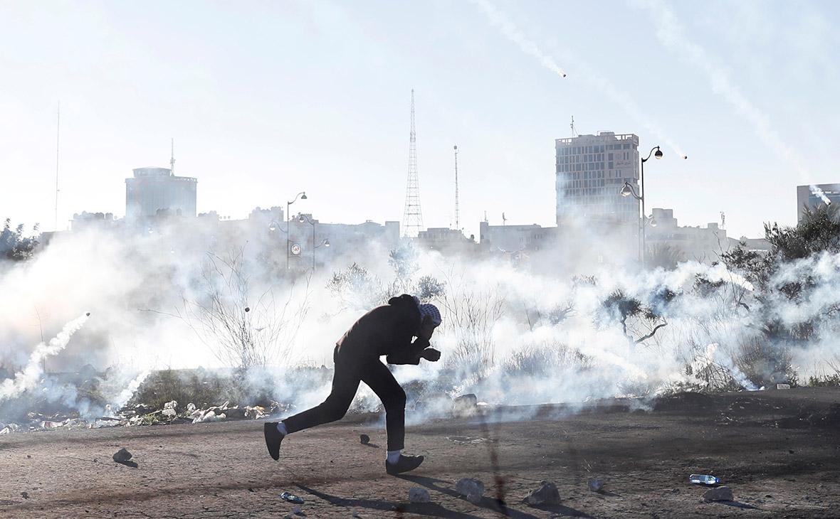 Палестинец во время столкновения с израильской полицией