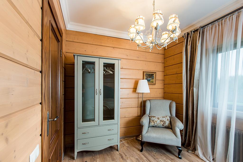 Многие предметы мебели вдоме были спроектированы иизготовлены встолярной мастерской  На фото: спальня напервом этаже
