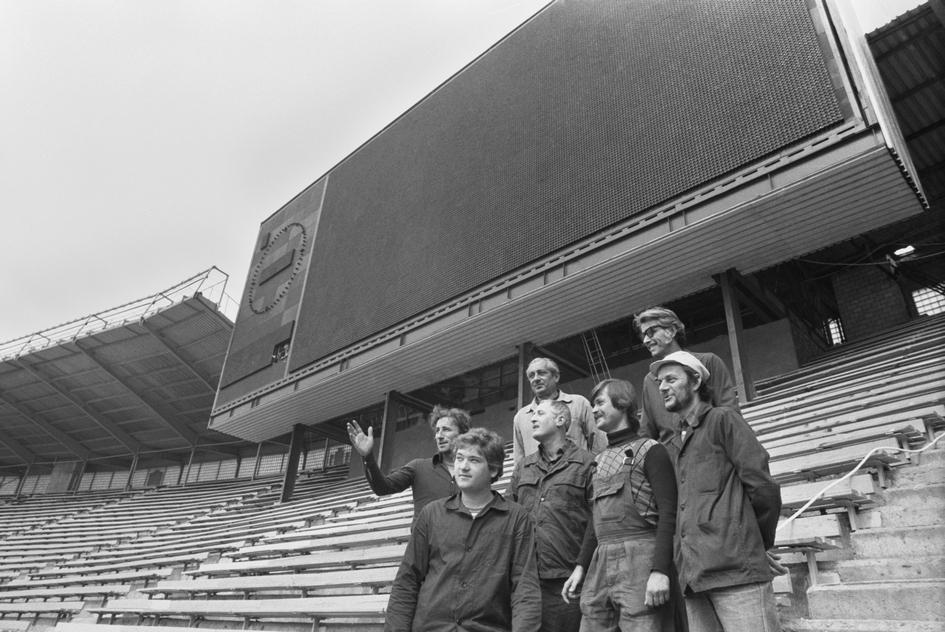 Комплекс «Лужники» с самого начала создавался как база для становления массового спорта. Здесь действовали секции для детей и взрослых, группы оздоровительной физкультуры для пожилых людей, проводились спортивные соревнования. В 1958 году в «Лужниках» открылась футбольная школа молодежи  На фото: группа монтажников «Электроимпекса» у одного из табло «Лужников». 1979 год