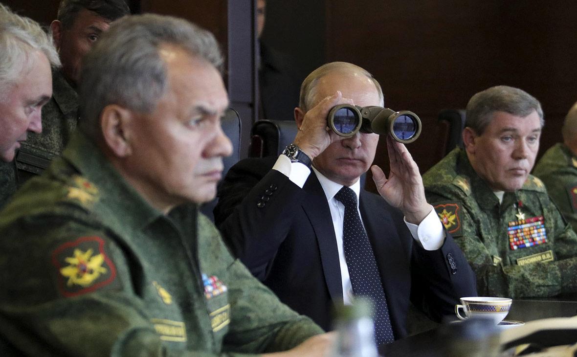 Сергей Шойгу, Владимир Путин и Валерий Герасимов (слева направо). Сентябрь 2017 года