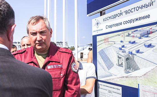 Вице-премьер РФ Дмитрий Рогозин во время осмотра строящегося космодрома Восточный в Углегорске