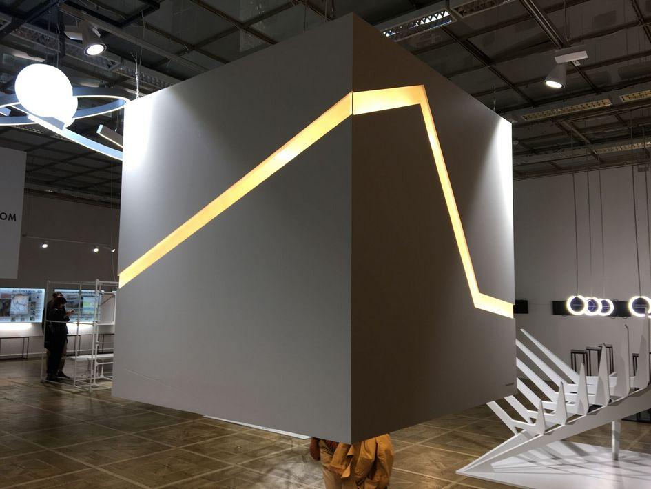 Инсталляция Insight. Автор: IND Architects  Проект бюро IND Architects символизирует первоначальную архитектурную форму—белыйкуб. На кубе выделяется линия каксимвол развития идинамики, она соединяет простоту внешнего ияркое содержание внутреннего. Стенд активно взаимодействует сучастниками выставки, недостаточно простопосмотреть состороны, надопроникнуть внутрьконструкции, чтобыразглядеть ее содержание. Внутри куба каждый может увидеть реализованные проекты IND Architects: комплекс апартаментов нафабрике «Большевик»; «Добрый дом»— гостиницудлядетей, проходящих лечение; жилой комплекс «Аврора», атакже большое исследование жилой архитектуры вРоссии