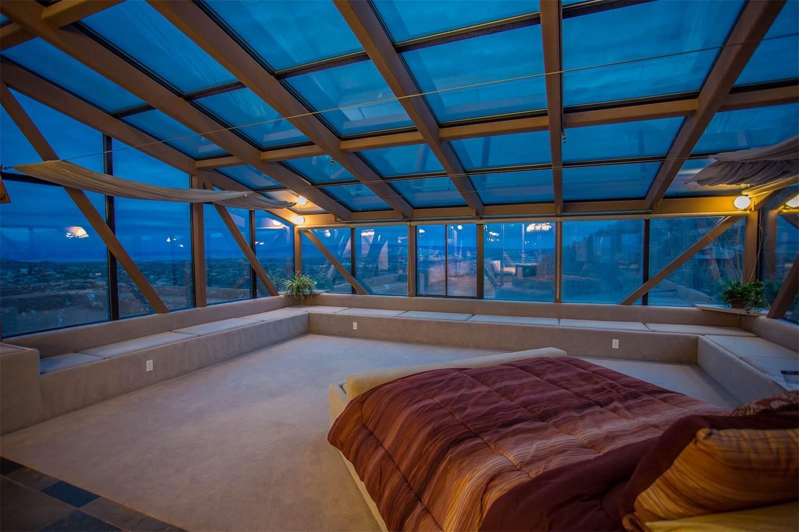 В спальнях установлены стеклянные потолки истены, призванные давать какможно больше естественного освещения иоткрывать панораму «на 100 миль вокруг»