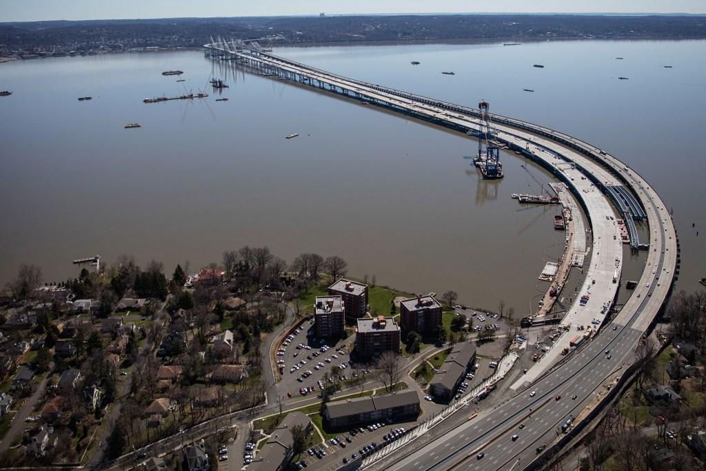 Мост длиной почти 2,1 км проложен через одно из самых широких мест реки Гудзон и соединяет два района Нью-Йорка — Роклэнд и Вестчестер
