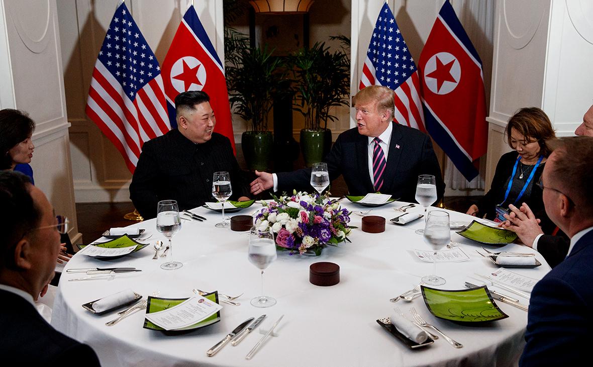 Ким Чен Ын и Дональд Трамп (в центре слева направо)