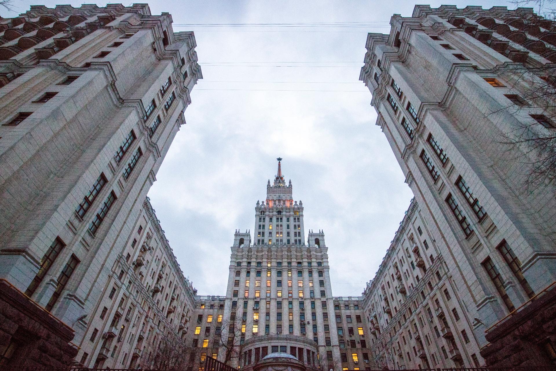 На начало 2021 года средняя стоимость 1 кв. м в сталинских высотках составляет около 620 тыс. руб. За прошлый год квартиры в сталинках подорожали на 14% (данные ЦИАН). На фото: высотное здание на площади КрасныеВорота в Москве