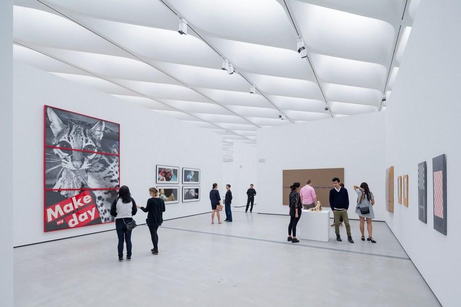 В общей сложности в здании площадью 11,1 тыс. кв. м разместились 2 тыс. предметов искусства, для демонстрации которых обустроены два уровня внутри здания и прилегающая площадь под открытым небом
