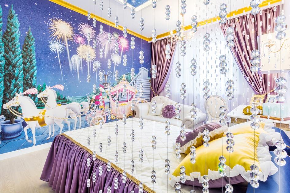 У изголовья кровать закрыта прозрачными занавесками, создающими сказочный антураж